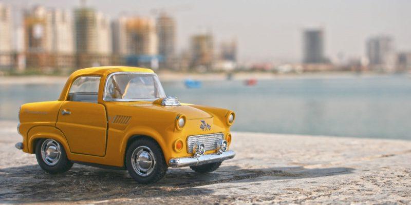 Gele miniatuur auto
